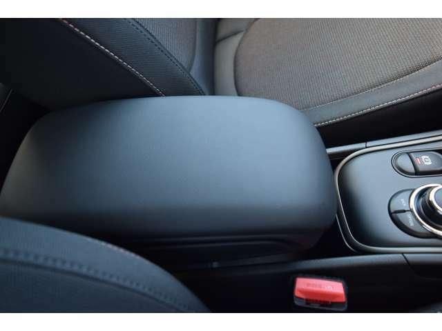 アームレスト:ブラックを基調としたデザインです。中には収納スペースもあり、位置も動かすことができます。