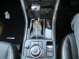 ■電動パーキングブレーキ(EPB)軽い力でスイッチを操作するだけでパーキングブレーキをかけることができ、スイッチを押すか発進の為にアクセルを踏み込むと解除されます。