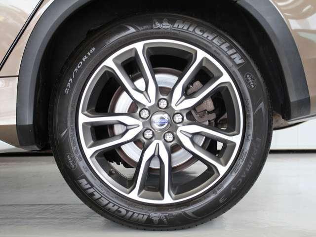 アルミホイールは18インチを装備 汚れに強いテックマットグレーのカラーリングに、ダイヤモンドカットのシルバーの差し色が映えるデザインです
