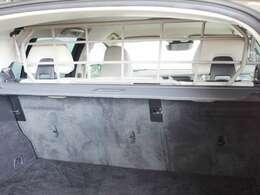 純正オプションのスチールガードネットを装備済み 荷物が車内に流れ込むことを防ぐことができ、不要な際には天井側に折りたたむことができます