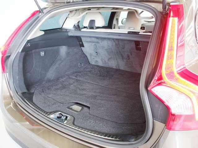 荷室は430Lの容量があり、リアシートを倒すことで1241Lまで拡大可能です 床はフラットであり、左右の内装も凹凸が少ないため良好な使い勝手を持っています