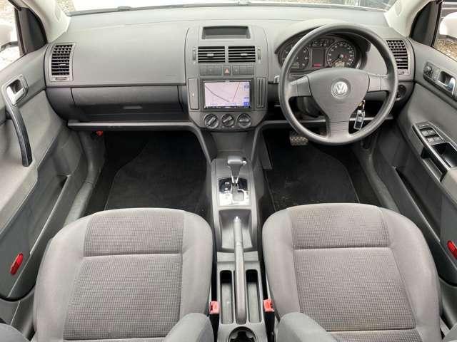 グレーを基調とした車内♪車内に目立ったキズや汚れはございません♪また、コンパクトなボディですが足元のスペースは十分にございますので窮屈感なく車内でお過ごしいただけるかと思います♪
