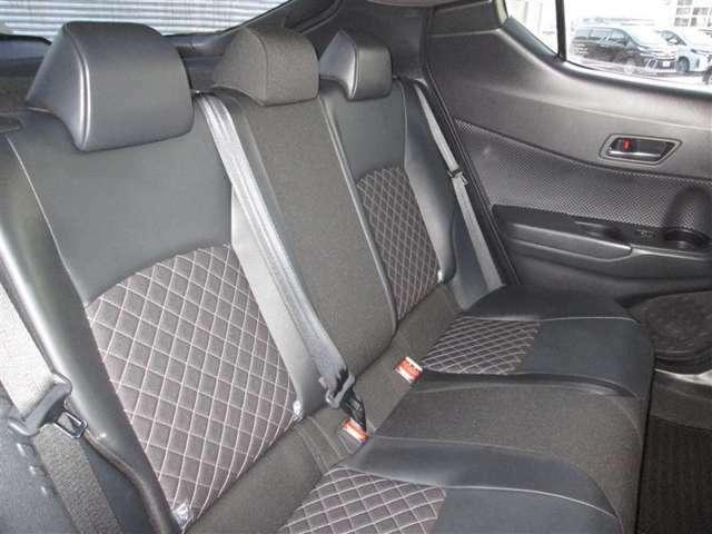 後部座席もゆったり、膝まわりに十分なゆとりがあり、足元も広々です。長旅も快適ですね♪落ち着いたデザインも魅力です☆