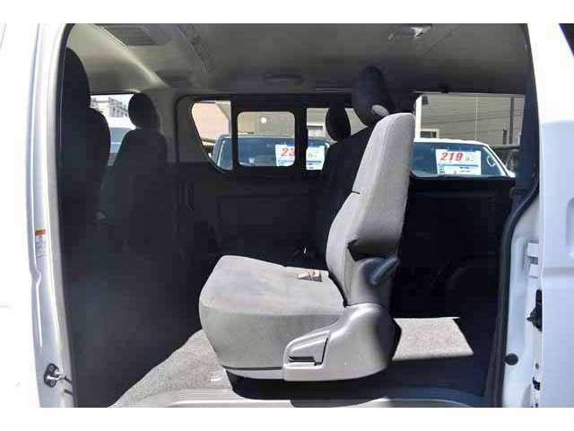 ハイエースの後部シートは元々が簡易な作りですので、中古車のほとんどに変形などの痛みが生じております。当社では常時新品シートを30脚以上在庫しており、状況に応じて新品のシートと交換しております。