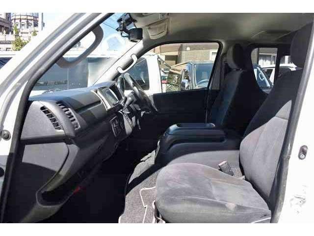GLグレードは前席2人掛けで、DXグレードとは違って厚めのつくりですので、ゆったりした空間でロングドライブも快適に過ごしていただけます。