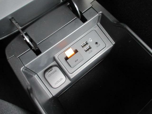 CD/DVD再生プレーヤーとフルセグTVチューナーを装備しています。また、ブルートゥースオーディオにも対応し、その他、USB端子も備えています。CarPlay、AndroidAuto対応しています◎