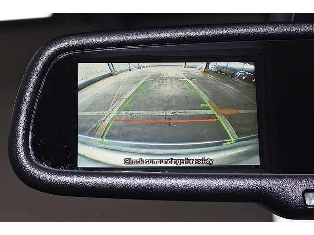 バック連動のモニターを装備☆シフトレバーをバックに入れるとルームミラーのモニターに表示■後方視界は良好で車庫入れをしっかりサポートします