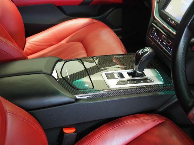 車内中央のセンターコンソール。カーボンインテリアトリムがスポーティーな印象を持たせてくれます。