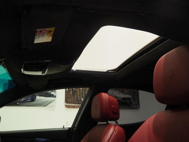 人気オプションのサンルーフ装備。車内に開放感をプラス。