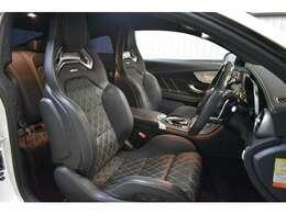 専用AMGパフォーマンスシート装備!イエローダイヤモンドステッチ入りブラックレザ-シート(メモリー付電動)・3パターンまでシートポジションをメモリーできる嬉しい装備です。