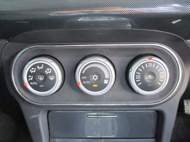 車内の空調はコレにお任せ!温度設定とダイヤル1つで年中設定温度に保つ便利なオートエアコンも装備されています!
