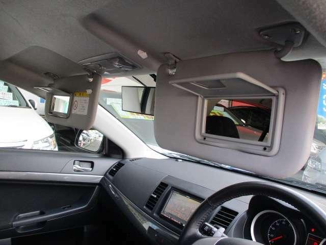 車内で身だしなみチェックもOK!おしゃれな貴方をサポートするバニティミラーも両席に装備しています!