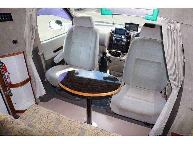 運転席、助手席シートを回転させて対面シートにできます☆