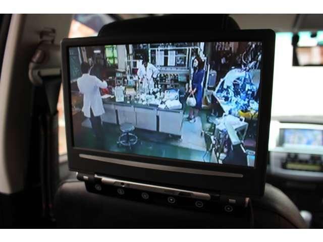 後部座席の方ようにモニターが追加装備されており、ナビゲーションと連動しておりますのでTVを視聴して頂くことができます。