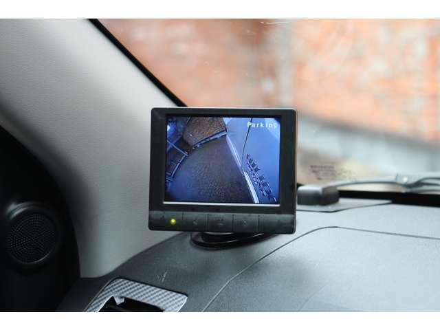 助手席側ピラー前にモニターが追加されており、フロントカメラ・サイドカメラの映像を写すことができます。
