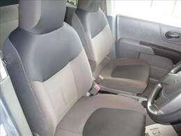 ダークグレーとライトグレーのツートンカラーのフロントシートです。柔らかで厚手の布地を使用、座り心地も良好です。長距離移動にも対応出来るフロントシートです★☆★