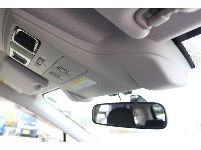 【ステレオカメラ】アイサイトはルーフ中央部ルームミラーの両脇辺りから2つのカメラ(ステレオカメラ)で前方を見ています!「車」「二輪車」「人」「車線」などとの距離を把握する事で、運転を支援する機能です