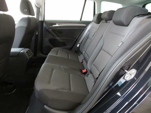 後部席も身体にしっくりと馴染む適度な固さのシートやより広くなったレッグスペースなど、心地よい空間となっています。