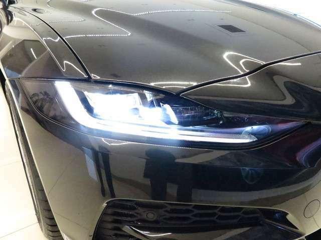 フロントフェイスを際立たせるシグネチャーデイタイムランニングライト(DRL)を備えたLEDヘッドライト。」