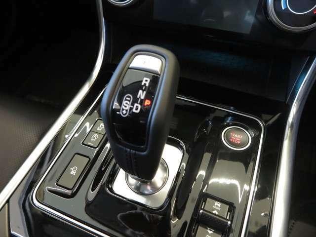 新型XEから採用の電子シフト。スポーツモードなどの選択も可能。またアイドリングストップ機能なども装備せれ、環境にもよく設計されております。
