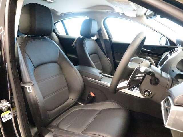 フロントシートにはパワーシートを装備。細かいセッティングが可能ですので、ドライバーのベストポディションを提供致します。