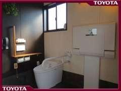 【多目的トイレ】 車イス使用のお客様、小さなお子様連れの方など様々なお客様にご利用いただけるトイレです。