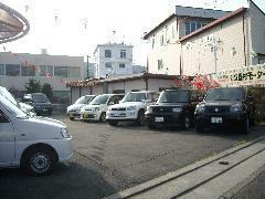中古車展示場。社屋から50m北今井新道沿い。注文販売も承ります。お気軽にお問合せ下さい。