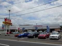 広々とした展示場と大型室内展示&商談ルーム完備!地域最大級約150台の品揃え!お車の買取もOK!是非ご相談ください。