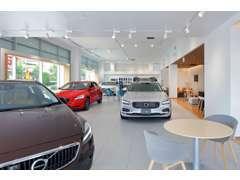 1階ショールームに新車、屋上展示場に上質な認定中古をご用意!