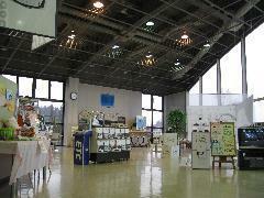 清潔感のある、開放的で広々とした店内。