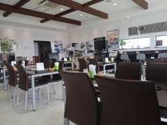 広々した明るいショールーム。無料ドリンクや雑誌コーナーなども完備しております。