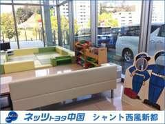 新車・中古車併売の店舗となります。綺麗な店内とお子様でも楽しめるキッズコーナーがございます。