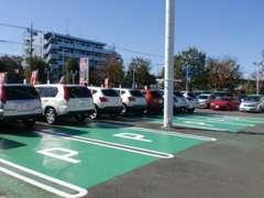 お客様駐車場は広々スペース!皆様のご来店を、心よりお待ち致しております!