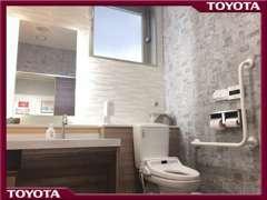 バリアフリーのトイレもご用意。当店は2階立てですがエレベーター完備、全て段差のない設計です!ご安心してご来店ください★