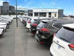 大型展示場に所狭しと特選車の在庫が並んでおります。サービス工場(セダン店)も認証工場となっております♪