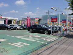 青梅街道沿いにあり、100台以上展示している大型店舗です!入り口も大きく分かりやすいですよ!