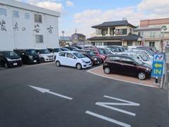 展示スペースは広々♪高品質車が勢揃い!!