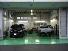 大型整備スペースも完備。屋内リフト2基、屋外リフト1基を備えております。ご納車前整備、車検などもお任せください!