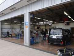 国土交通省 運輸局認証工場。納車前の点検整備はもちろん、車検やオイル交換などのメンテナンスも当店にお任せください!!