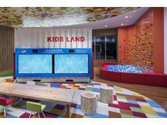 """当店自慢の「KIDS LAND」にはあの""""team Lab☆""""さんの「小人が住まう黒板」も!お子様も汗をかくほど遊んで頂けます!"""