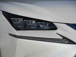 暗い夜道を明るく照らしてくれる三眼LEDヘッドライト付き!