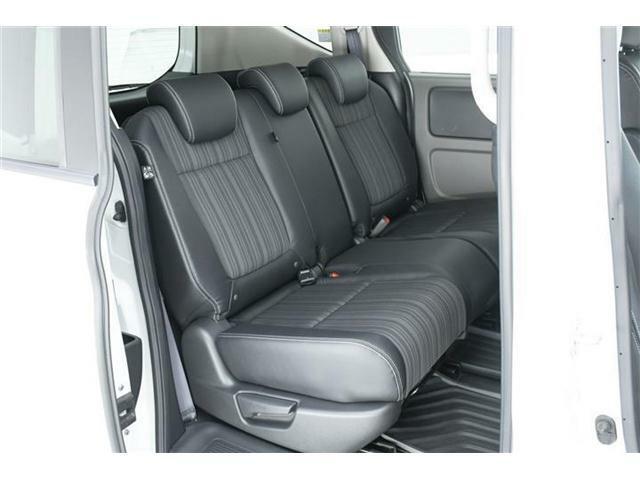 セカンドシートはゆったり使えるベンチシート。チャイルドシートを乗せるご家庭でも安心の余裕たっぷりのシート。オプション装備のロールサンシェードもついていますので、お子様のお休み中も安心です◎