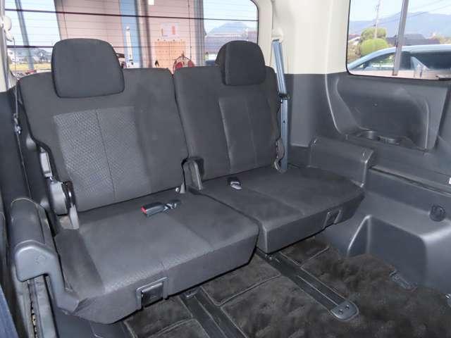 ロングスライドのサードシートもゆったりのスペースです★大きなシートで長距離ドライブも疲れません。