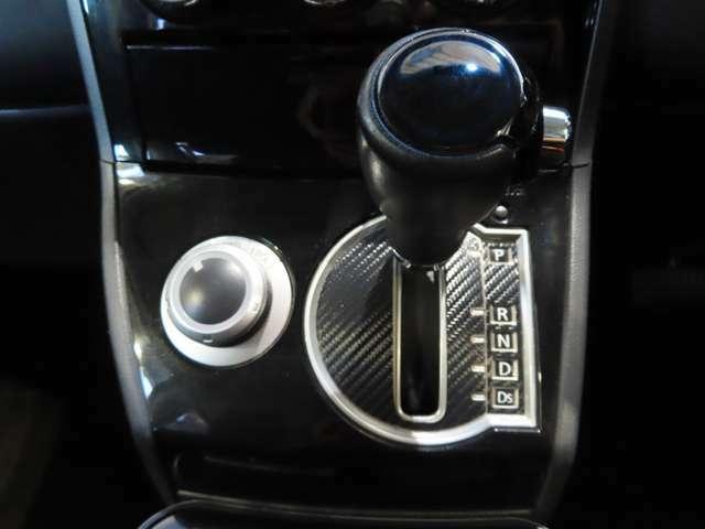 燃費の良い「2WD」、走行条件に応じて、前後に駆動力を配分する「4WDオート」、強力なトラクションが得られる「4WDロック」の3モードを設定。走行中でもカンタンに切り替えることができます♪