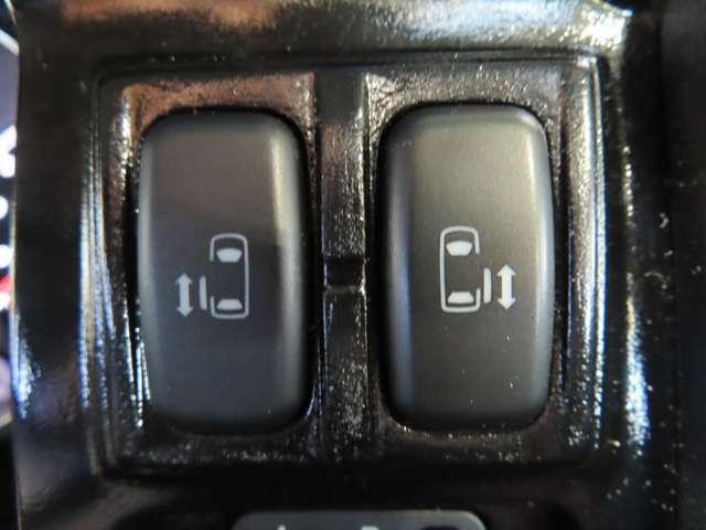 電動スライドドア付き!お子様にも安心なセーフティー機構(挟まれ防止)により安全性を確保、狭い場所での乗り降りにもしやすく、さらに運転席からのボタン操作、リモコンキーによる車外からの開閉操作が可能!