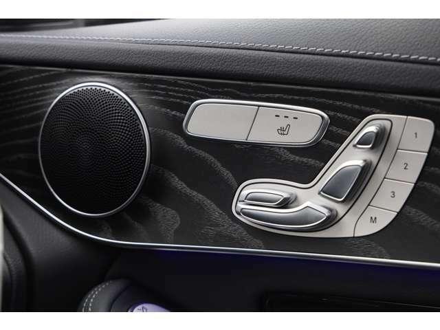 運転席:メモリ付きフルパワーシート シートポジションを電動で調整可能。シートやステアリング、ドアミラーの位置を3セットまでメモリーでき、運転される方が変わっても簡単に調整できます!