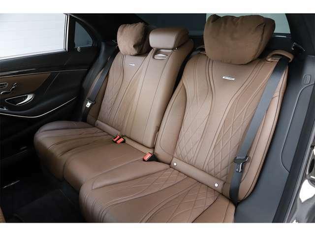 ショートモデルに比べ、リアドアが約13cm長くなっており、後部座席は十分なスペースが確保されておりますので、ゆったりと快適にお乗り頂けます。