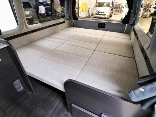 乗車8名 大人3名分の就寝スペース!大人数人が余裕で車中泊できる車内の広さを誇ります!荷物もたくさん載せられるので、アウトドアにはもってこいですね☆