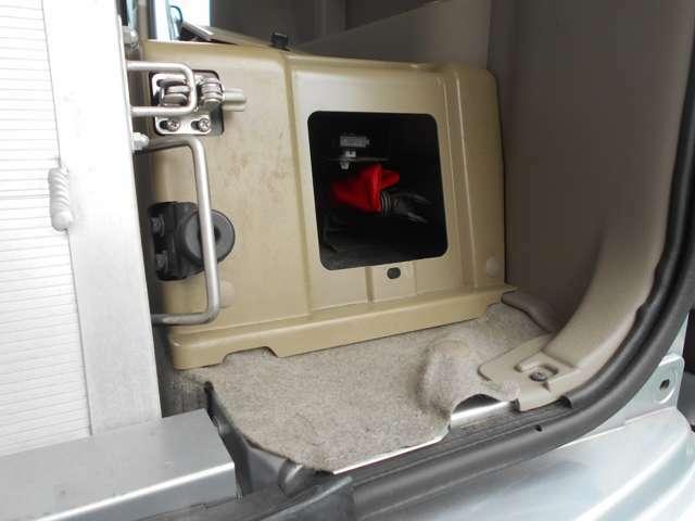 ジャッキ等工具は車内後部右側です。