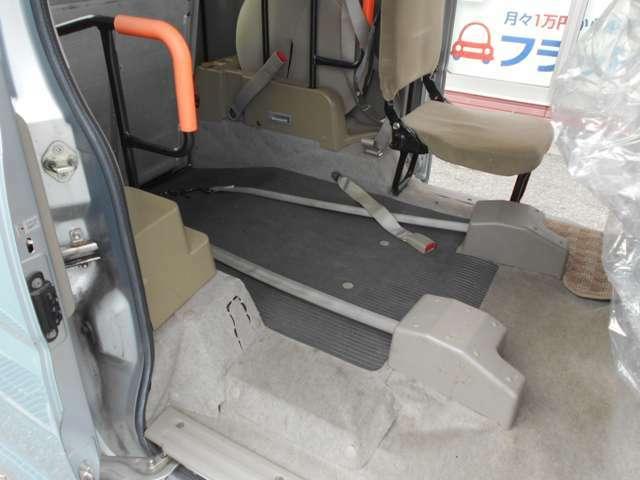 スローパー車は後部の作りが標準仕様車と大きく違います。